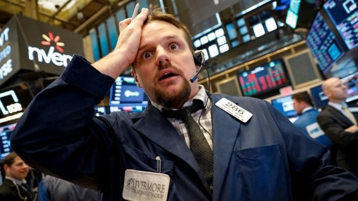 Một nhà giao dịch cổ phiếu trên sàn NYSE ở New York, Mỹ, ngày 1/5 - Ảnh: Reuters.