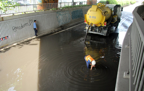 Hầm chui ở trung tâm Sài Gòn ngập nửa mét sau mưa - ảnh 2