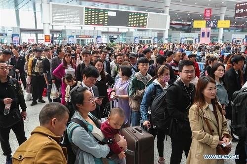 Ga tàu Quý Dương ước tính phục vụ khoảng 110.000 lượt khách vào 28/4. Ảnh:Xinhua.