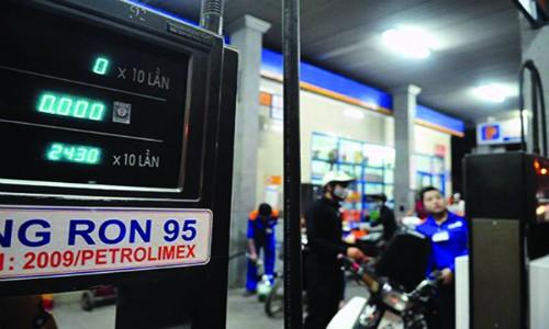Bán xăng RON 95 tại một cây xăng thuộc hệ thống Petrolimex.
