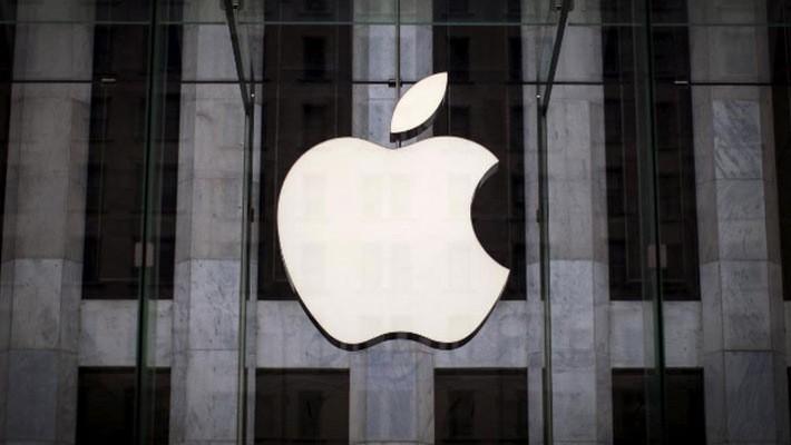 Logo của Apple trên cửa hiệu bán lẻ của hãng ở Manhattan, New York - Ảnh: Reuters.