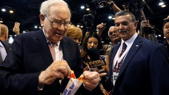 Ông Warren Buffett bóc một cây kem tại đại hội cổ đông thường niên tập đoàn Berkshire Hathaway hôm 6/5 - Ảnh: Financial Times.