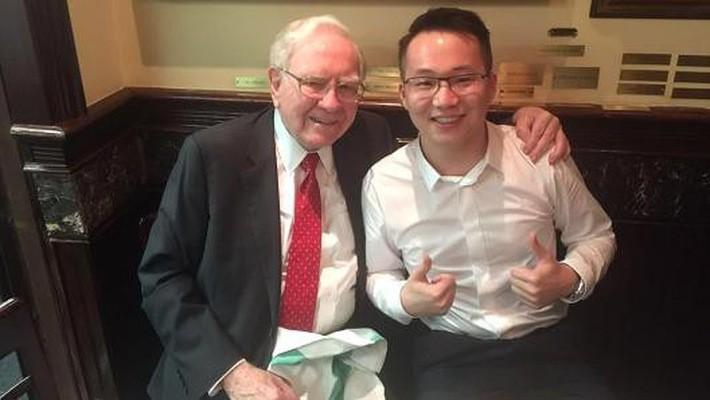Sam Ling chụp ảnh cùng Warren Buffett sau bữa trưa triệu USD vào năm 2015 - Ảnh: CNBC