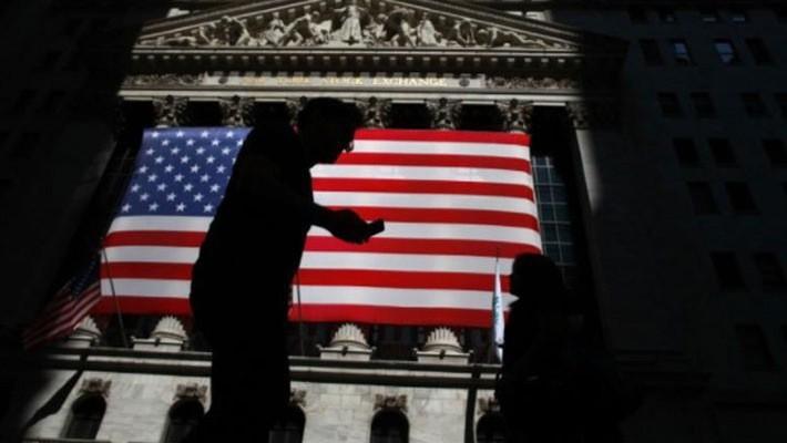 Một lá cờ Mỹ bên ngoài Sở Giao dịch chứng khoán New York (NYSE) ở thành phố New York - Ảnh: Reuters.