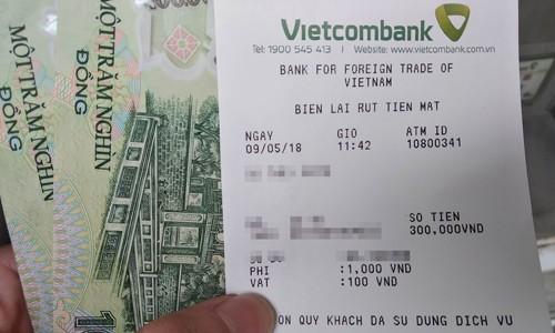 Mức phí rút ATM 1.100 đồng của Vietcombank sẽ được tăng lên 1.650 đồng từ ngày 16/5. Ảnh:Anh Tú.