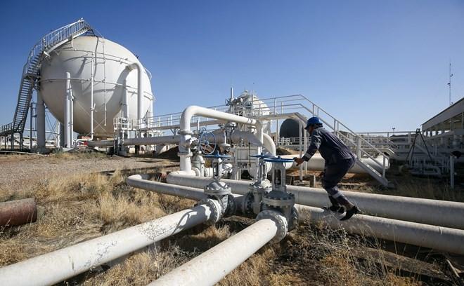 Công nhân làm việc tại cơ sở khai thác dầu. Ảnh minh họa. (Nguồn: AFP/TTXVN)