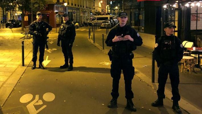 Cảnh sát Pháp tại hiện trường vụ tấn công bằng dao ở Paris hôm thứ Bảy - Ảnh: Reuters.