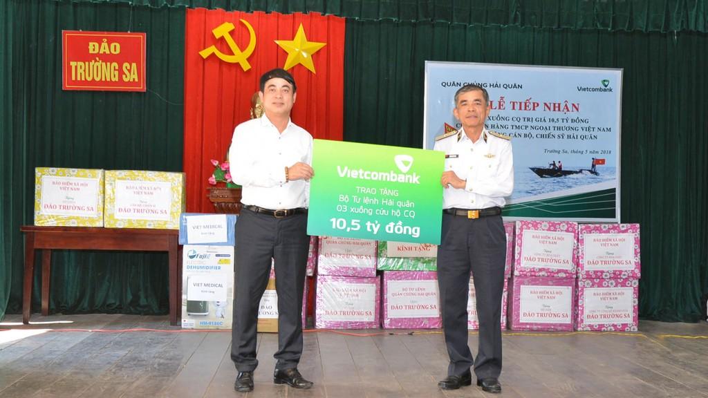 Đồng chí Nghiêm Xuân Thành - Bí thư Đảng ủy, Chủ tịch HĐQT Vietcombank (bên trái) tặng 3 xuồng CQ trị giá 10,5 tỷ đồng cho cán bộ, chiến sĩ Quân chủng Hải quân