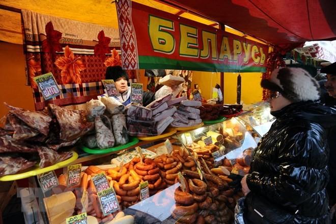 Một cửa hàng thực phẩm ở Saint Petersburg. (Ảnh: AFP/TTXVN)