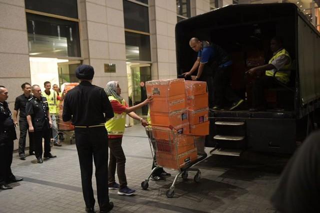 Hàng trăm túi xách hàng hiệu được tìm thấy tại căn hộ của ông Najib. (Ảnh: Straits Times)
