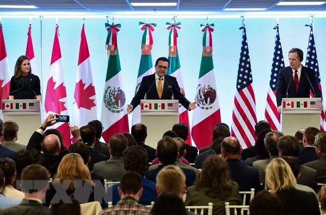 Ngoại trưởng Canada Chrystia Freeland (trái), Bộ trưởng Kinh tế Mexico Idelfonso Guajardo (giữa) và Đại diện thương mại Mỹ Robert Lighthizer trong cuộc họp báo sau vòng 7 tái đàm phán NAFTA tại Mexico City ngày 5/3. (Nguồn: AFP/TTXVN)