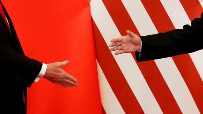 Tổng thống Mỹ Donald Trump và Chủ tịch Trung Quốc Tập Cận Bình bắt tay trong cuộc gặp tại Bắc Kinh hồi tháng 11/2017 - Ảnh: Reuters.