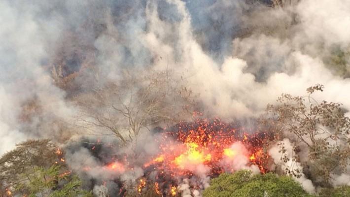 Dung nham đỏ rực chảy ra từ một khe nứt của núi lửa Kilauea ở Hawaii ngày 17/5 - Ảnh: USSG.