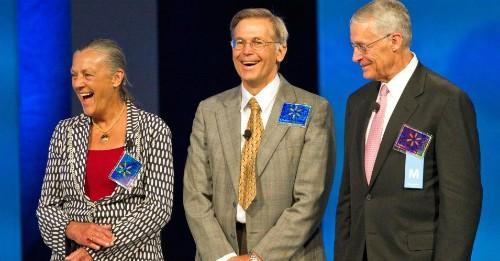 Từ trái sang làAlice Walton, Jim Walton vàRob Walton chụp cùng nhau năm 2011.Ảnh: Bloomberg