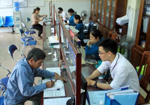 Công chức tại khu vực một cửa ở Đà Nẵng trong giờ làm việc. Ảnh:Nguyễn Đông.