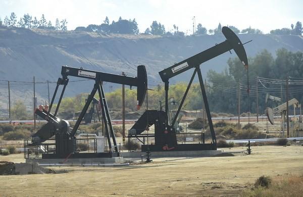 Giàn khoan dầu tại cơ sở sản xuất dầu mỏ Chevron ở Bakersfield, California, Mỹ. (Nguồn: AFP/TTXVN)