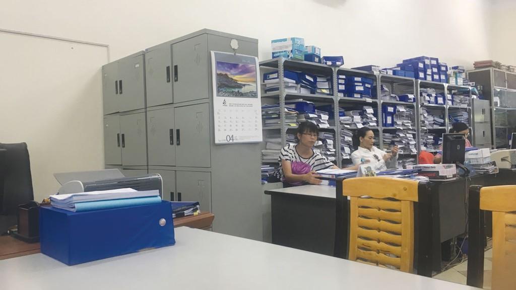Phòng Đầu tư và Môi trường có cán bộ làm việc nhưng không bán HSMT. Ảnh: Nhà thầu cung cấp ngày 23/5