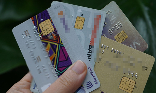 Chậm nhất hết năm 2020, toàn bộ thẻ từ nội địa ngân hàngphải chuyểnsang thẻ chip. Ảnh:Anh Tú