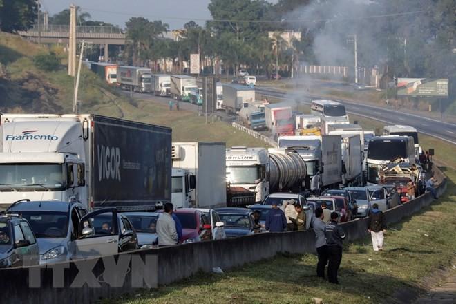 Các tài xế xe tải tham gia đình công yêu cầu giảm giá nhiên liệu tại Sao Paulo, Brazil ngày 24/5. (Nguồn: EPA/TTXVN)