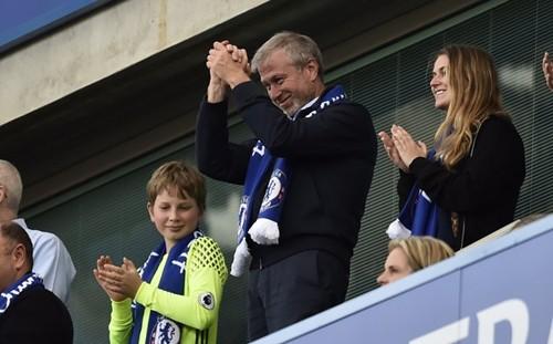 Tỷ phú Nga - Roman Abramovich theo dõi một trận đấu của câu lạc bộ Chelsea. Ảnh:Reuters