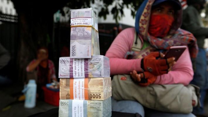 Từ đầu năm đến nay, Rupiah đã mất giá 3% so với USD, bất chấp Bank Indonesia đã bơm hàng tỷ USD vào thị trường để hỗ trợ tỷ giá đồng nội tệ - Ảnh: Reuters/Wall Street Journal.