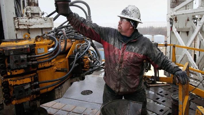 Một công nhân làm việc tại một mỏ dầu của Mỹ - Ảnh: Getty/CNBC.