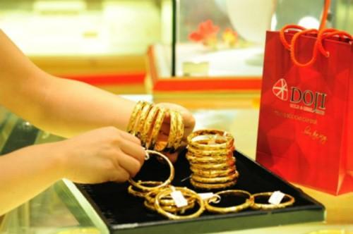 Giá vàng miếng hiện cao hơn thế giới khoảng một triệu đồng mỗi lượng.