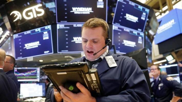 Một nhà giao dịch cổ phiếu trên sàn NYSE ở New York, Mỹ, ngày 4/6 - Ảnh: Reuters.