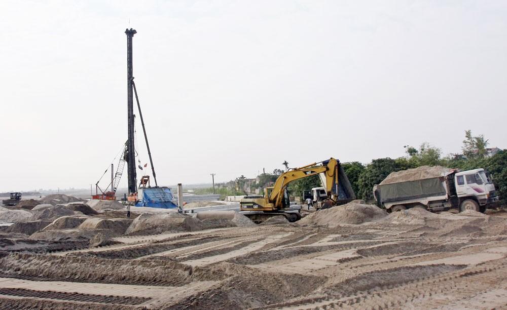 Giá cát cao dẫn đến tại một số gói thầu thực hiện theo hợp đồng trọn gói nhà thầu phải bù lỗ. Ảnh: Tường Lâm