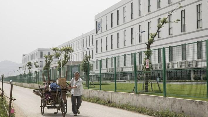 Bên ngoài một nhà máy của Sunny Optical - Ảnh: Bloomberg.