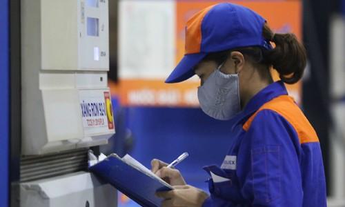 Ghi chép lượng xăng bán ra tại một cửa hàng Petrolimex.Ảnh: Ngọc Thành