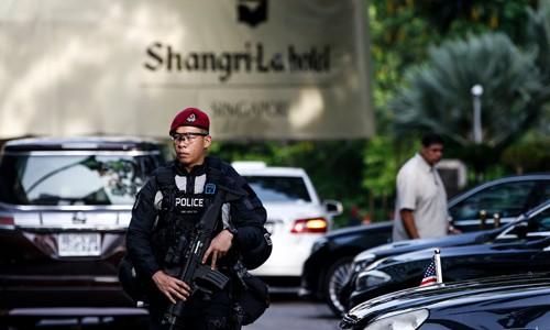 Một cảnh sát đang tuần tra trước khách sạn Shang-ri La trong thời gian diễn ra sự kiện Đối thoại Shang-ri La hồi đầu tháng. Ảnh:AP.