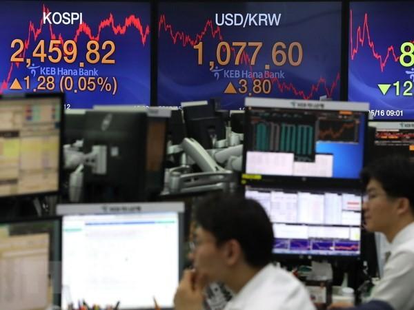 Giao dịch viên làm việc tại phòng giao dịch chứng khoán, ngân hàng Hana, Seoul, Hàn Quốc. (Nguồn: Yonhap/TTXVN)