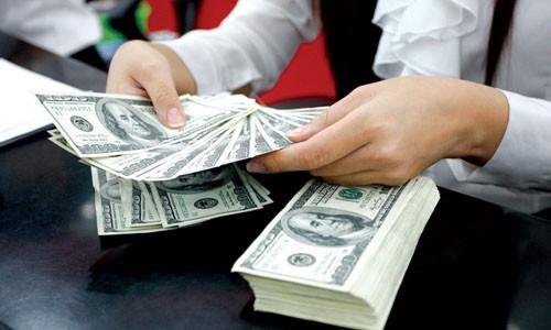 Giao dịch USD tại ngân hàng thương mại ở TP HCM.