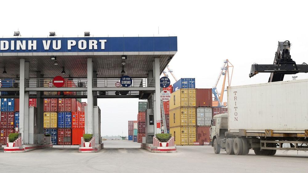 Thời gian thông quan hàng hóa đã được rút ngắn, còn 70 giờ đối với hàng xuất khẩu và 90 giờ đối với hàng nhập khẩu. Ảnh: Lê Tiên