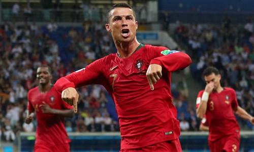 Ronaldo ăn mừng sau khi lập hat-trick vào lưới Tây Ban Nha. Ảnh:BBC
