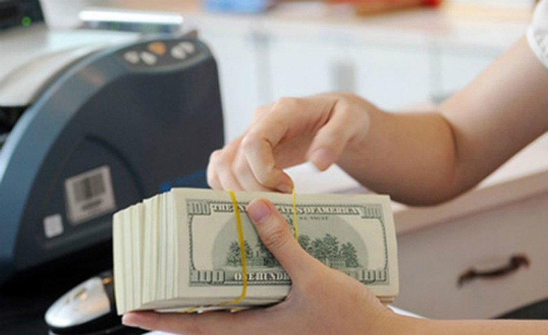 Giao dịch USD tại một ngân hàng thương mại ở TP HCM. Ảnh:PV.
