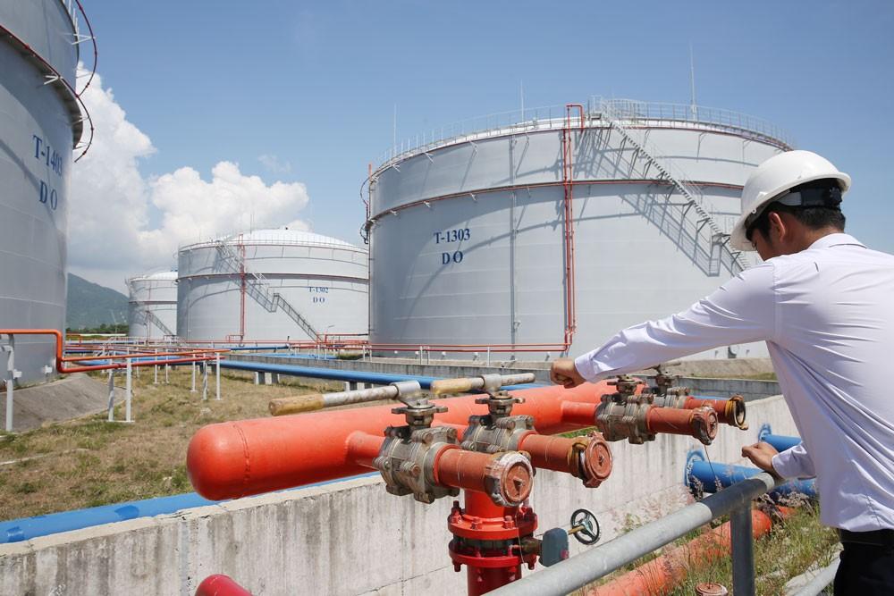 Trong 5 tháng đầu năm 2018, giá trị nhập khẩu xăng dầu tăng 38,6% so với cùng kỳ năm trước. Ảnh: Tiên Giang