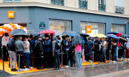 Khách hàng xếp hàng trước giờ khai trương tại cửa hàng Xiaomi ở Paris (Pháp) tháng trước. Ảnh:CNN