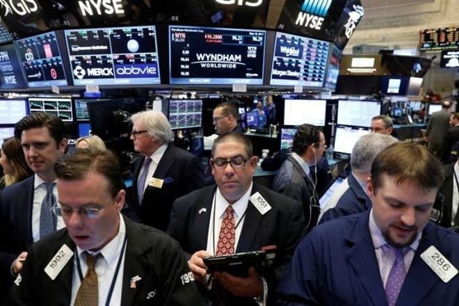 Hoạt động giao dịch chứng khoán ở sàn giao dịch New York. (Nguồn: Reuters)