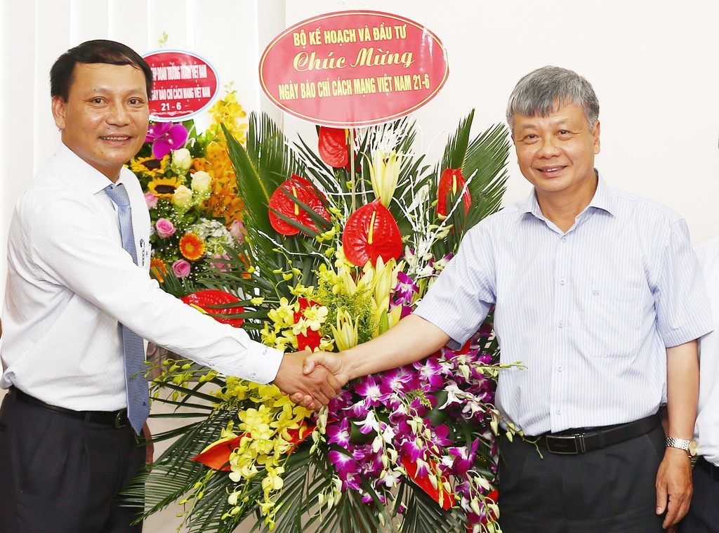 Thứ trưởng Nguyễn Thế Phương tặng hoa chúc mừng Báo Đấu thầu nhân Kỷ niệm 93 năm ngày Báo chí Cách mạng Việt Nam. Ảnh: Lê Tiên