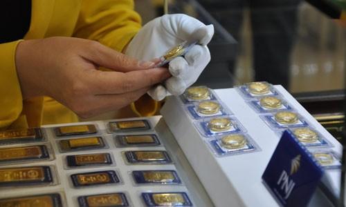 Vàng miếng trong nước đi xuống theo giá thế giới.