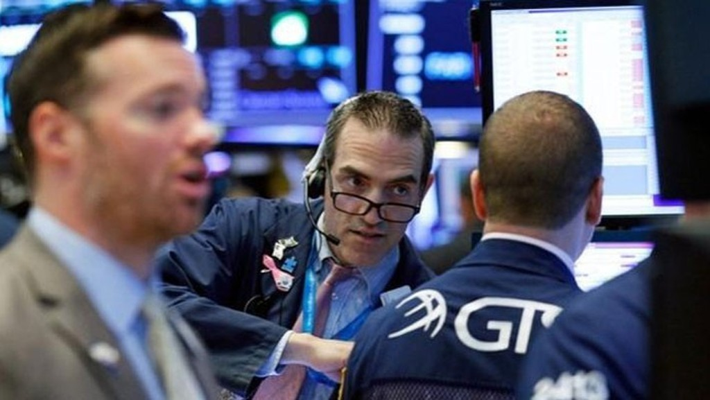 Các nhà giao dịch cổ phiếu trên sàn NYSE ở New York ngày 25/6 - Ảnh: Reuters.