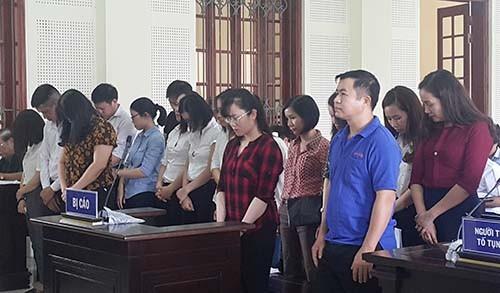 Các bị cáo nghe đại diện VKS công bố cáo trạng dài 50 trang. Ảnh:Nguyễn Hải.