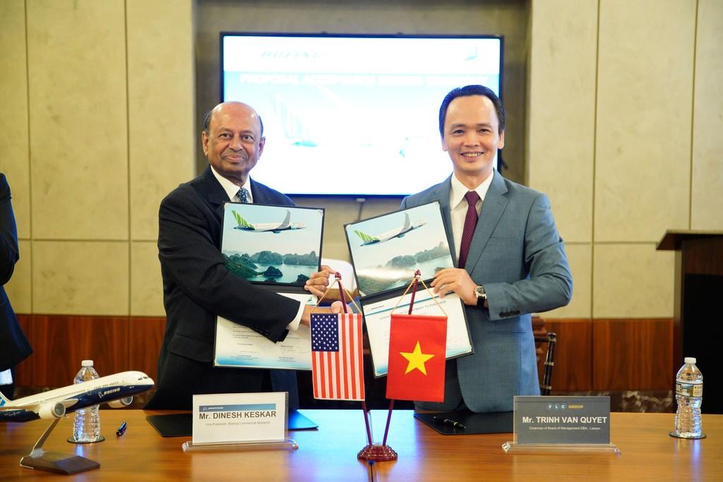 Chủ tịch Tập đoàn FLC Trịnh Văn Quyết (phải) và Phó Chủ tịch phụ trách kinh doanh khu vực châu Á – Thái Bình Dương và Ấn độ của Boeing Dinesh Keskar (trái) thực hiện lễ ký kết.
