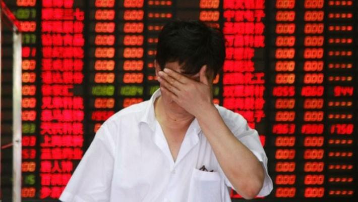 """Khiến 1,8 nghìn tỷ USD vốn hóa """"bốc hơi"""" kể từ mức đỉnh hồi tháng 1, đợt giảm này của chứng khoán Trung Quốc diễn ra 3 năm sau đợt vỡ bong bóng vào năm 2015."""