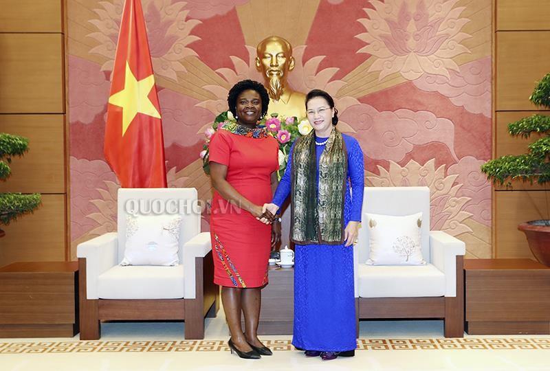 Chủ tịch Quốc hội Nguyễn Thị Kim Ngân và Phó Chủ tịch WB phụ trách khu vực Đông Á-Thái Bình Dương Victoria Kwakwa. Ảnh: quochoi.vn