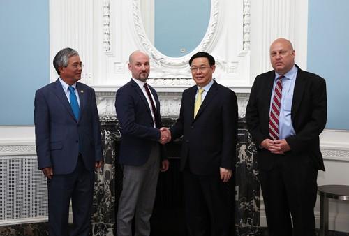 Phó Thủ tướng Vương Đình Huệ và lãnh đạo Viện Doanh nghiệp Hoa Kỳ. Ảnh: VGP/Thành Chung