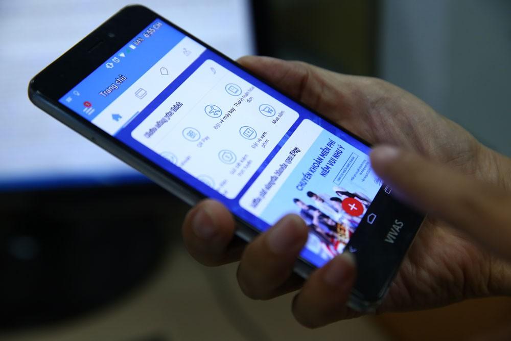 Thanh toán ứng dụng công nghệ số gặp nhiều trở ngại bởi người dân còn giữ thói quen dùng tiền mặt. Ảnh: Lê Tiên