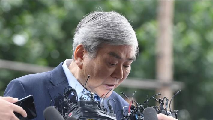 Ông Cho Yang-ho cúi đầu xin lỗi trước khi bước vào Văn phòng công tố quận Nam Seoul sáng ngày 28/6/2018 - Ảnh: AP.